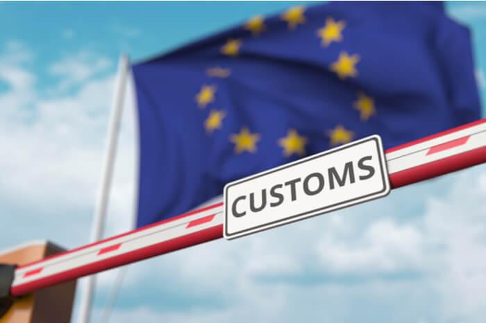 Zollschranke vor EU-Flagge
