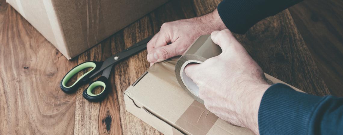 Mann verpackt Paket