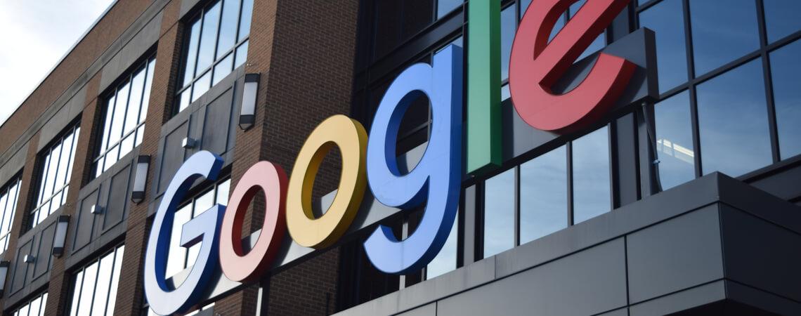 Google-Logo an einem Gebäude