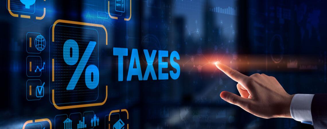 Hand zeigt auf Prozente und Steuern