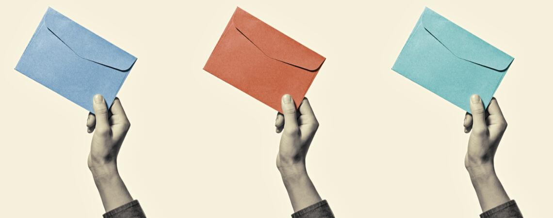 Hände halten Briefumschläge hoch