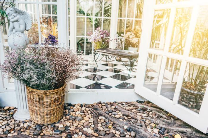Geöffnete Tür eines Wintergartens
