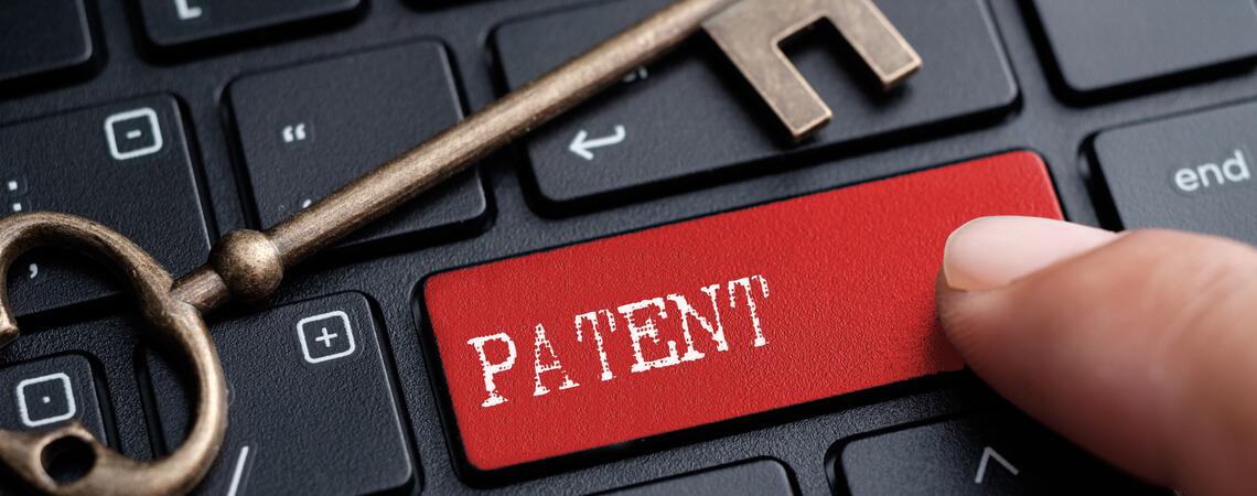 Schlüssel auf Tastatur mit Patenttaste