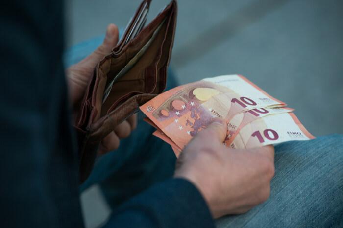 Private Verschuldung: Kleine Scheine im Geldbeutel