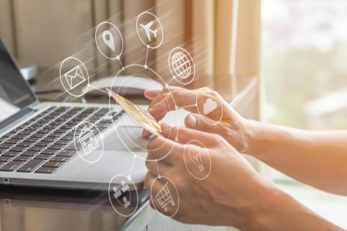 Online-Netzwerk vor Computer