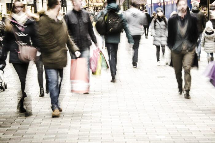 Menschenmasse in einer Innenstadt
