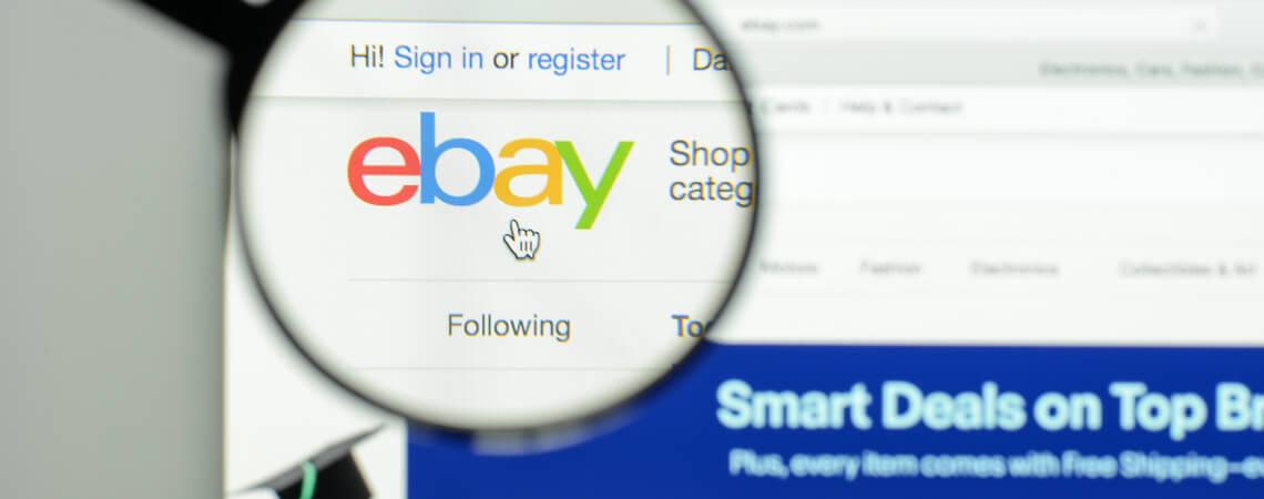 Ebay-Logo unter einer Lupe