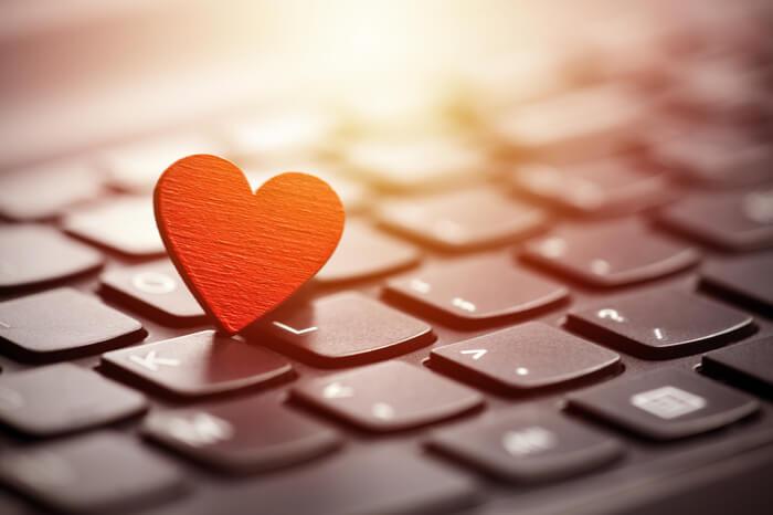 Rotes Herz auf Tastatur