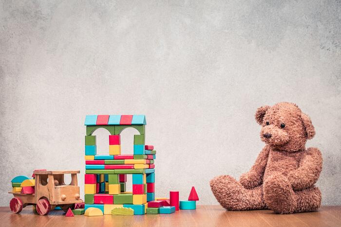 Alter Teddy und anderes Retro-Spielzeug