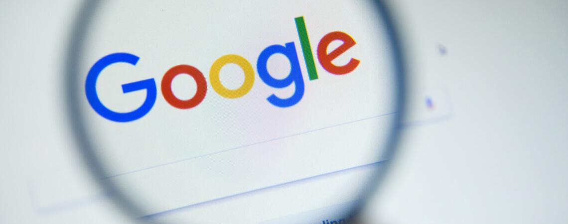 Google-Logo unter der Lupe