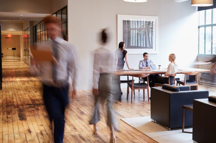 Homeoffice oder Büro?: Büro mit Menschen