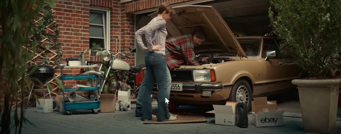 Tochter und Vater reparieren Auto mit Ebay-Ersatzteilen