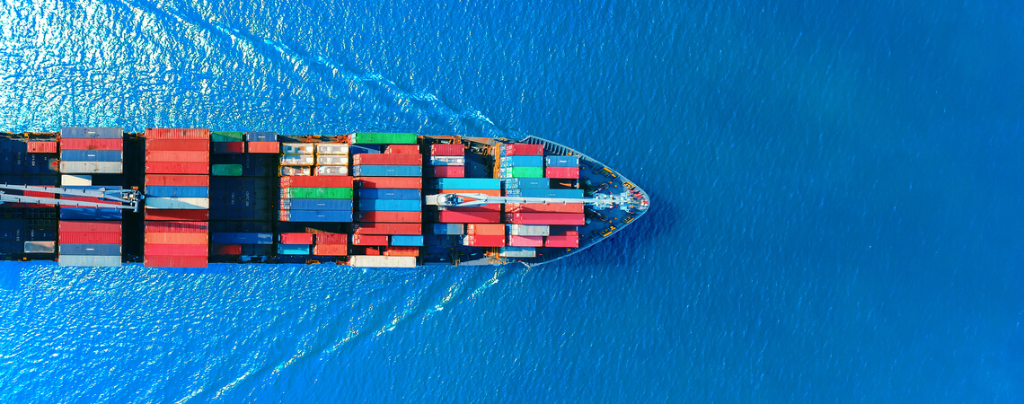 Containerschiff auf Meer