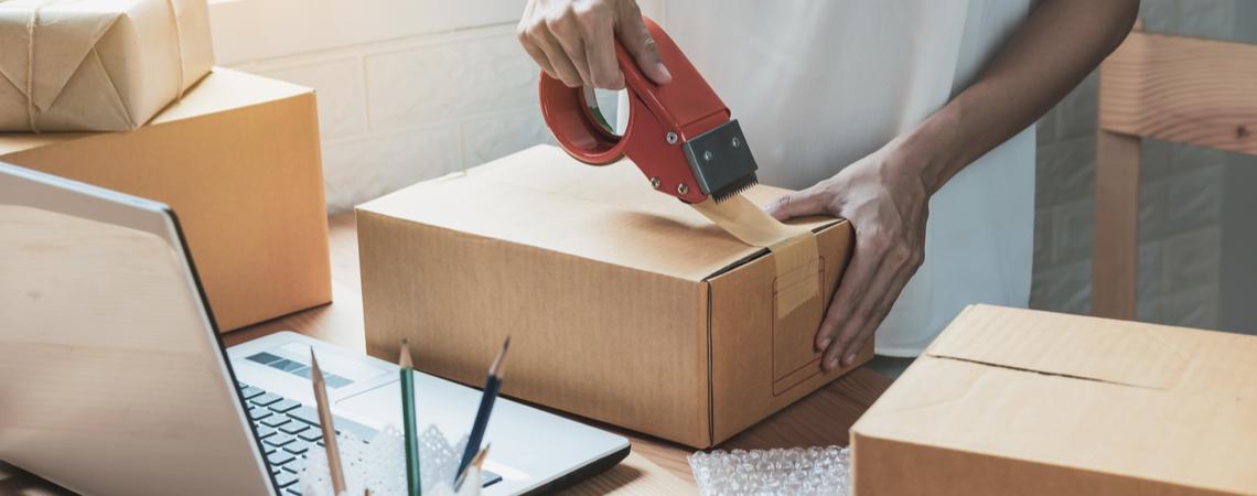Frau verpackt Paket