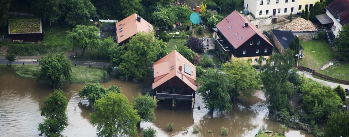 Häuser stehen im Wasser