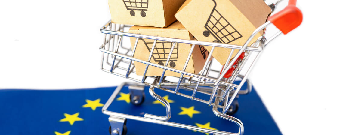 Einkaufswagen mit Päckchen auf EU-Flagge