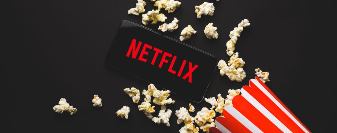 Netflix-Logo auf Smartphone mit Popcorn