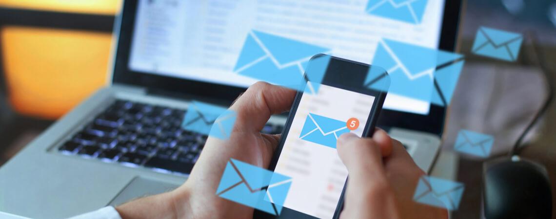 E-Mails auf Laptop und Handy