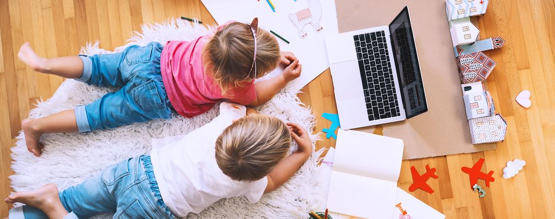 Kinder vor Laptop