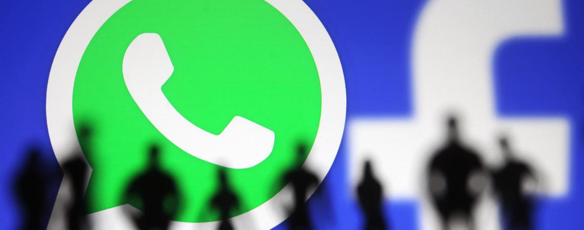 Menschen vor WhatsApp- und Facebook-Logo