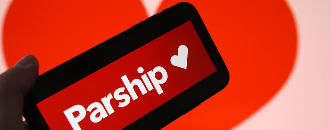 Parship auf Handy vor Herz