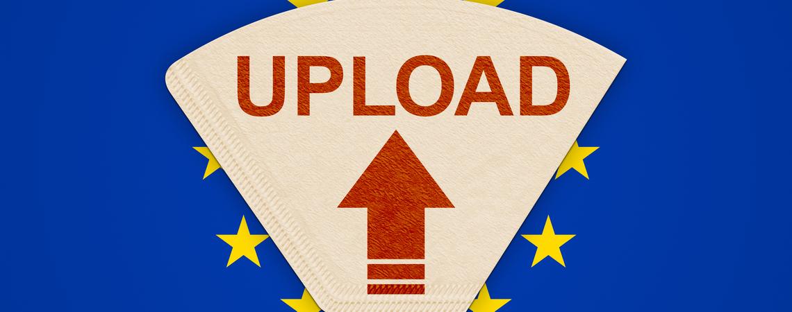 Kaffeefilter vor EU-Flagge mit rotem Uploadschriftzug und Pfeil