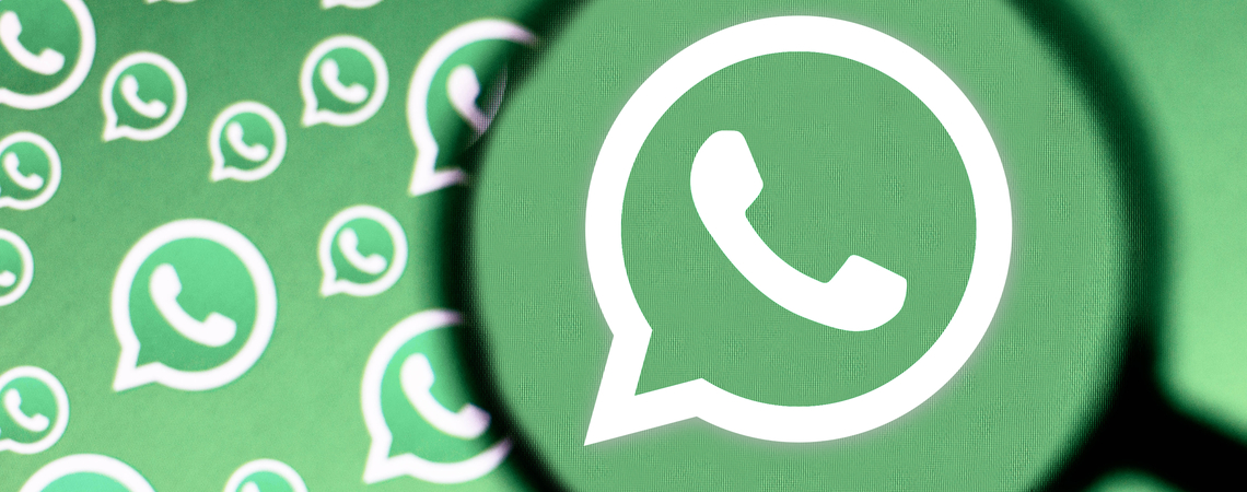 WhatsApp Logos unter Lupe und auf diversen Bildschirmen