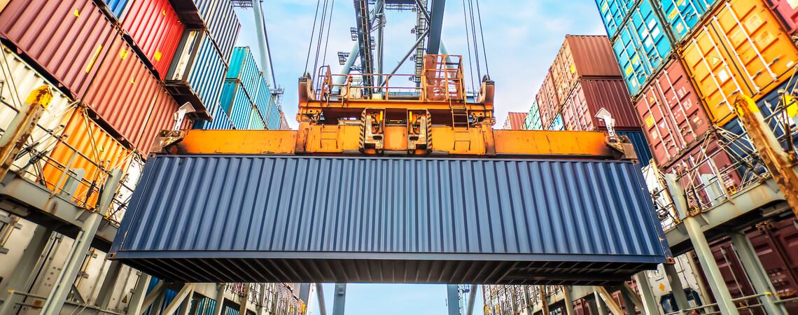 Hafen mit Containern