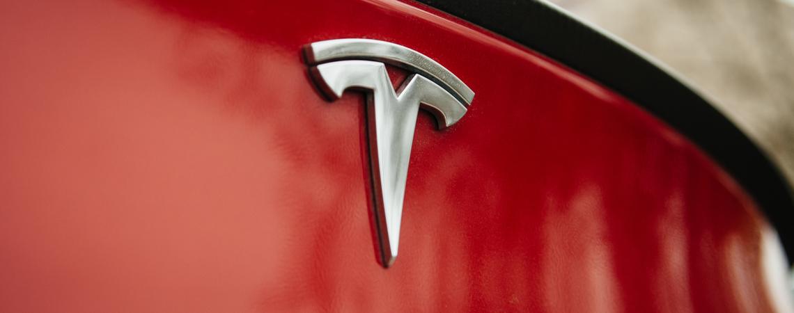 Tesla-Emblem am Fahrzeug