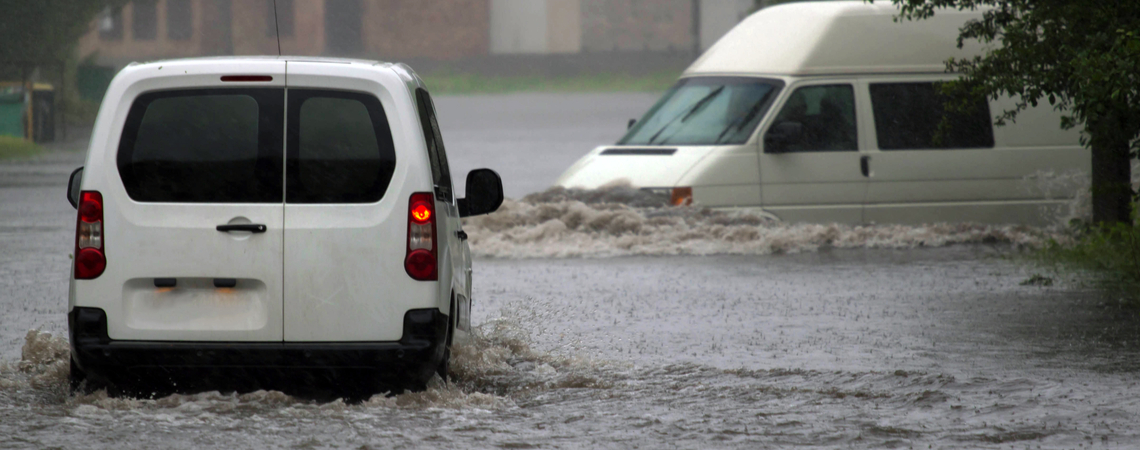 Lieferfahrzeuge im Hochwasser