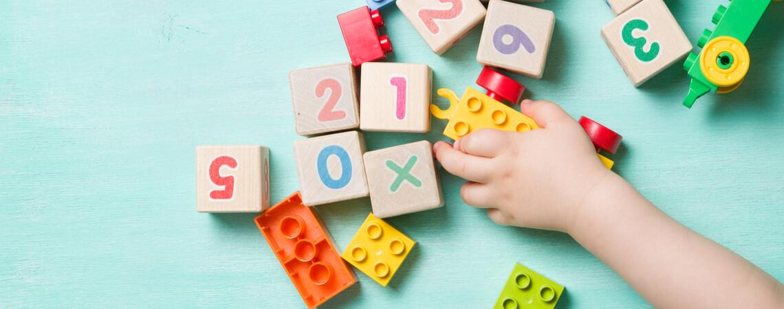 Kinderhand auf Spielzeug