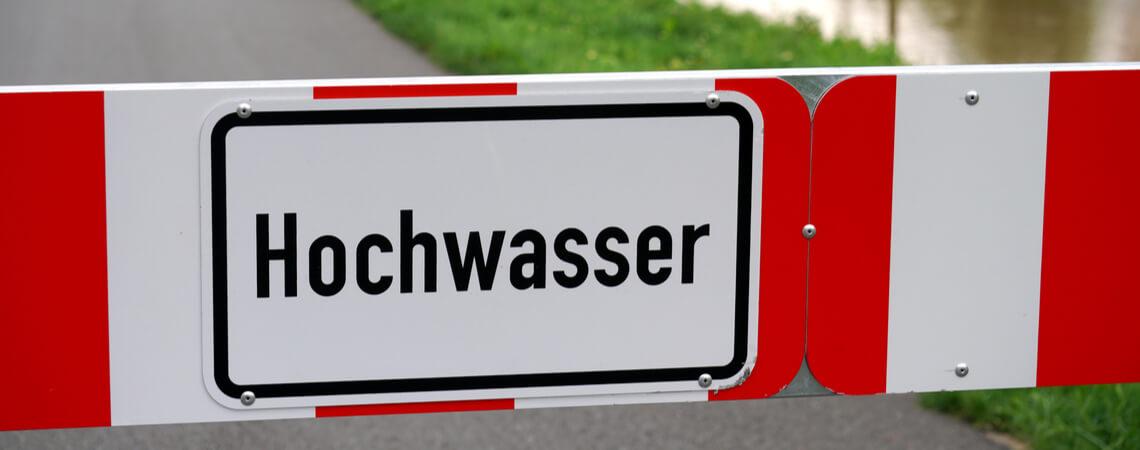 Schild mit Aufschrift Hochwasser