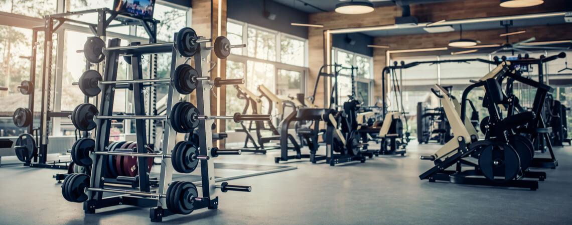 Fitnessstudio mit Geräten