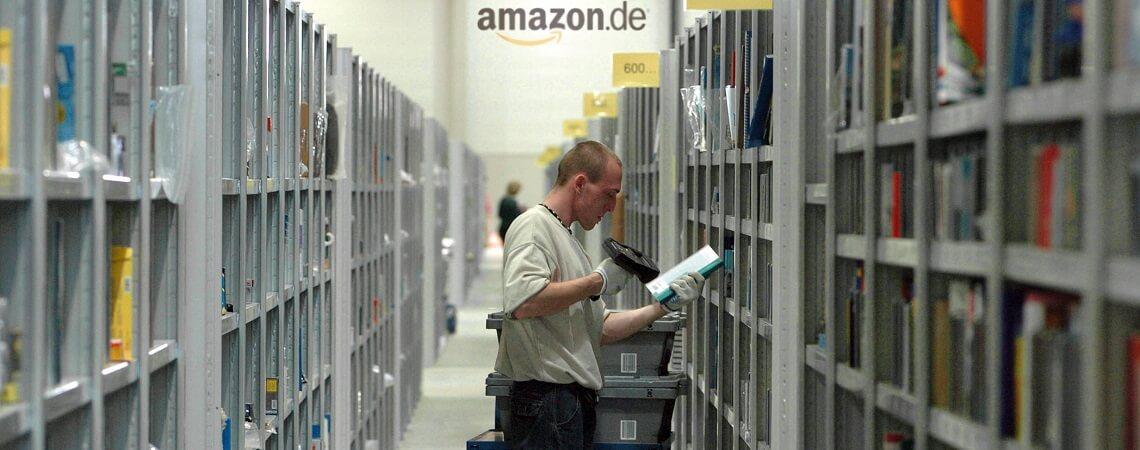 Mann in Amazon-Logistikzentrum scannt