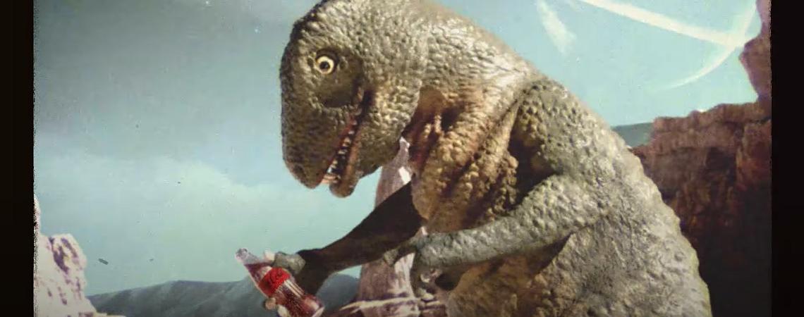 Dino mit Coca-Cola-Flasche