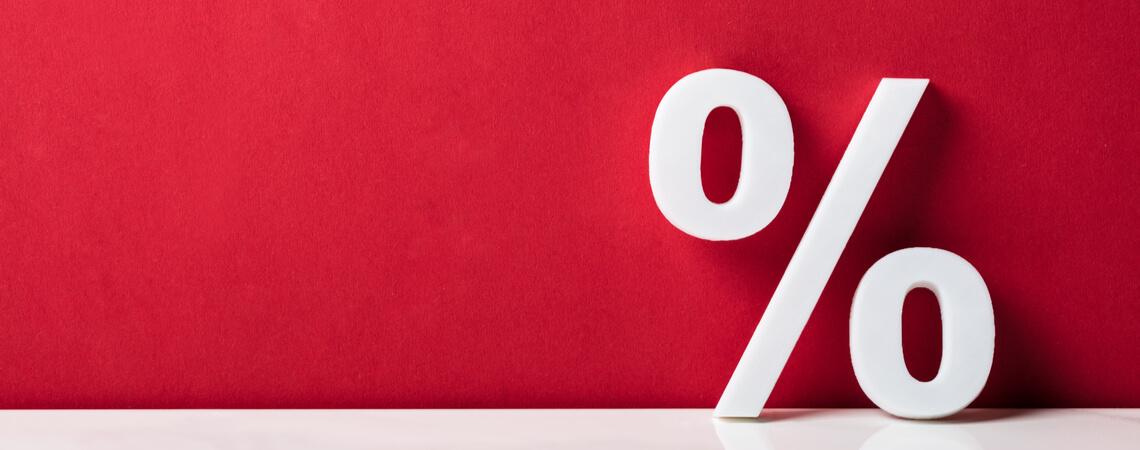 Prozentzeichen vor rotem Hintergrund