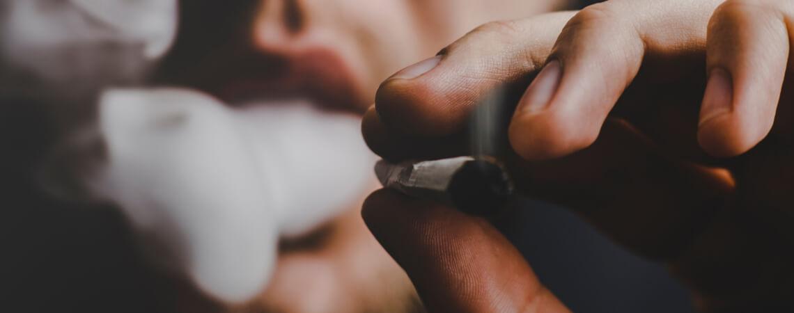 Drogenkonsun: Mann raucht Joint