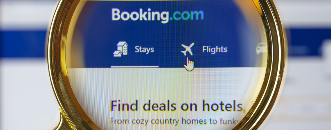 Website Booking.com mit Lupe
