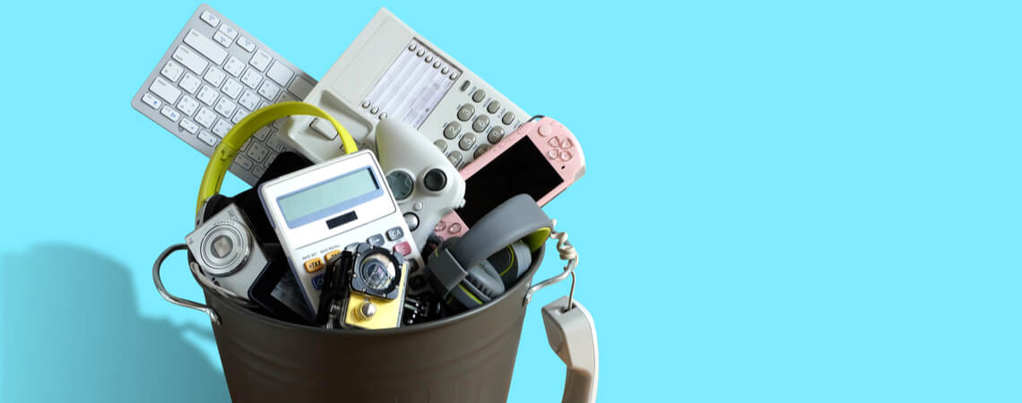 Elektromüll in Abfallbehälter