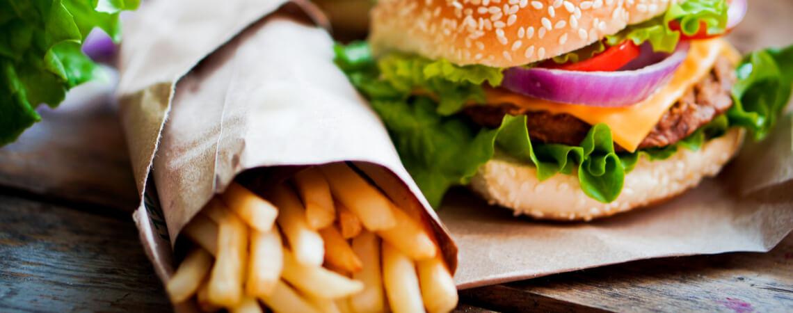 Fast-Food: Burger und Pommes