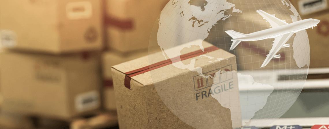 Paket und Flugzeug vor Globus