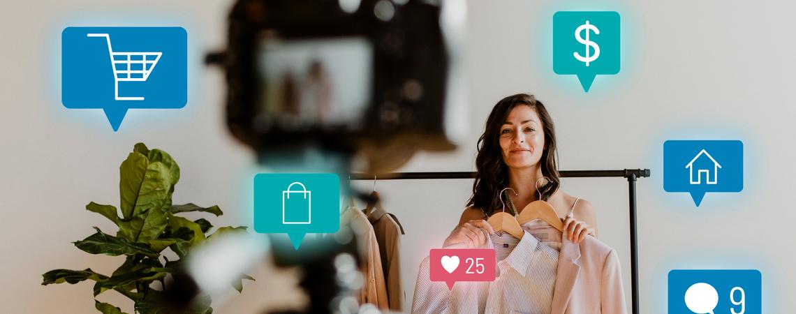 D2C: Frau im Live-Streaming für Online-Shopping-Kampagne