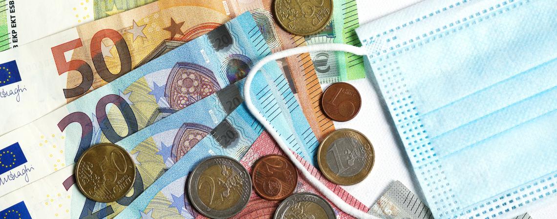 Geld und Corona-Maske Krisenhilfe