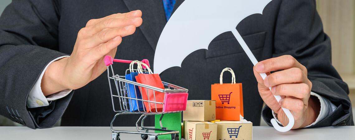 Einkaufswagen und Päckchen unterm Regenschirm