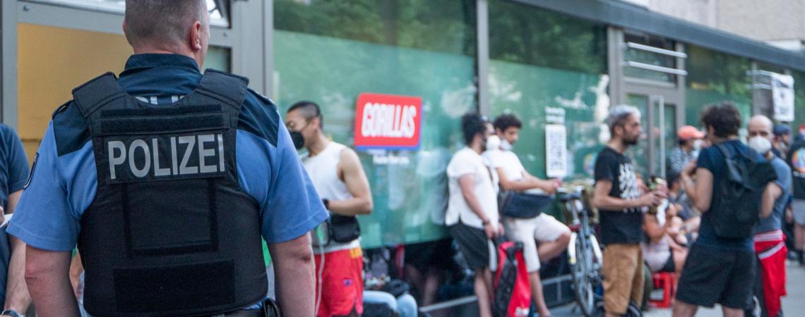 Polizei vor einem Gorillas-Lager