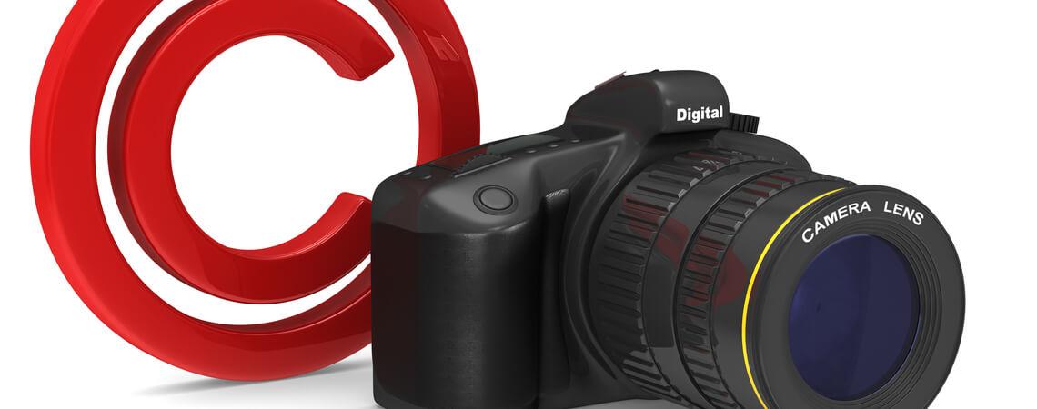 Kamera vor Copyright-Zeichen