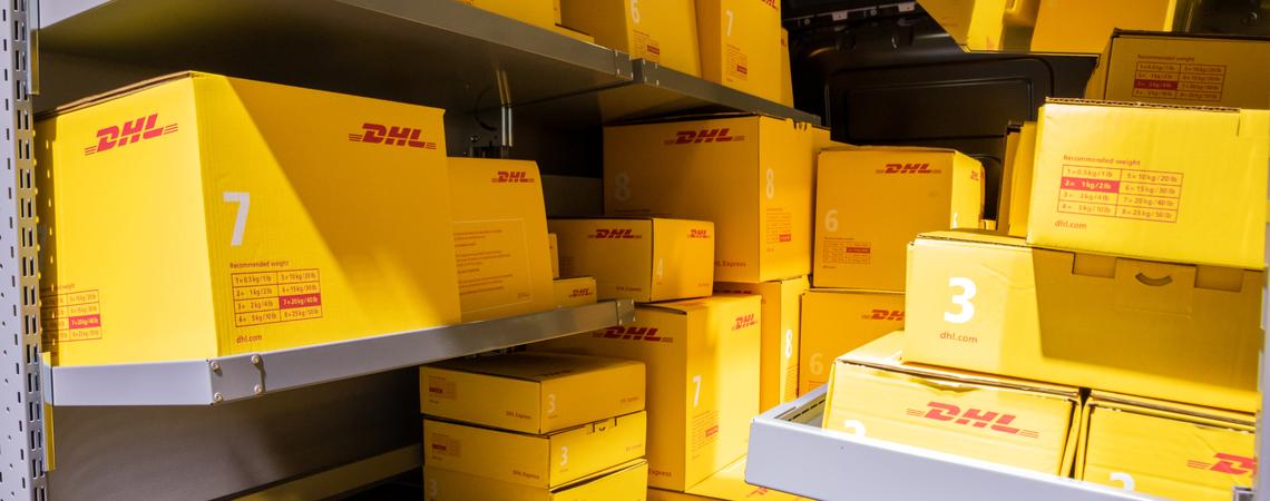 DHL Pakete in einem Transporter