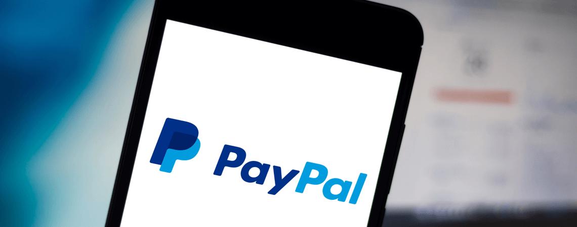 Logo des Zahlungsdienstes PayPal auf einem Smartphone