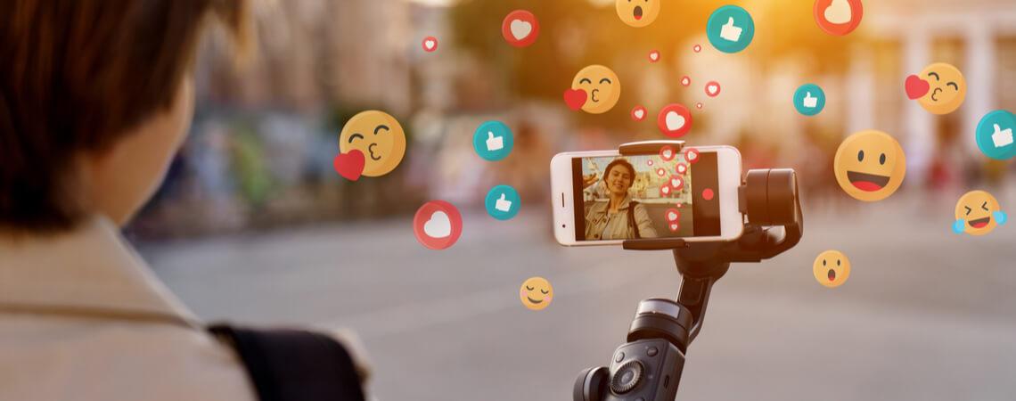 Frau mit Smartphone und Smileys