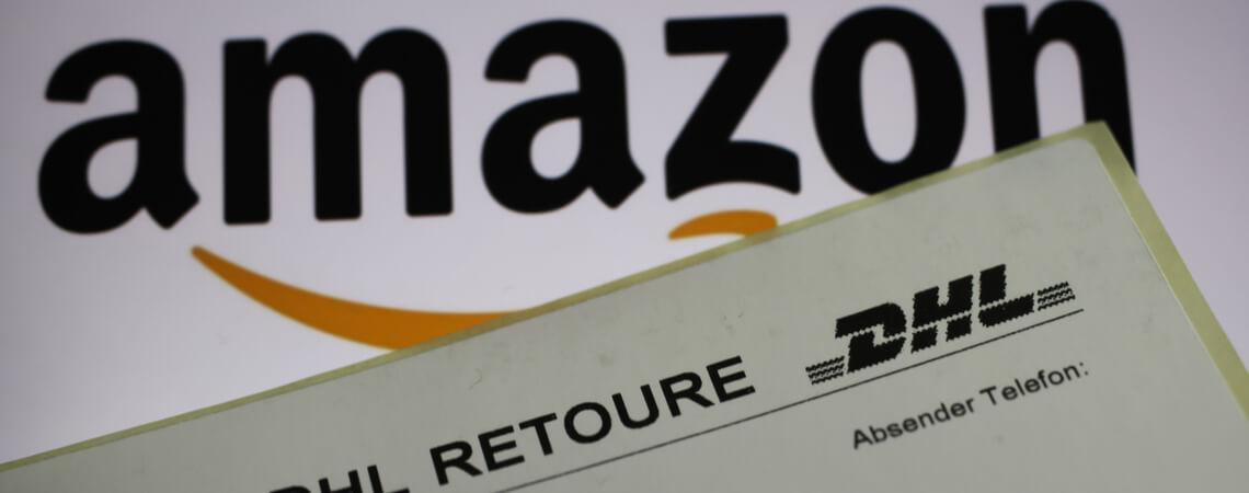 Amazon-Logo und Retourenetikett von DHL